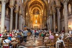Ludzie odwiedza oszałamiająco Anglonormańską katedrę Monreale Fotografia Royalty Free