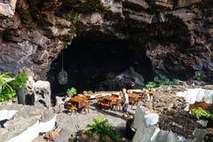 Ludzie odwiedza powulkaniczną jamę w Jameos Del Agua, Lanzarote, wyspy kanaryjska, Hiszpania Zdjęcie Royalty Free