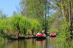 Ludzie odwiedza Spreeewald z swój krajobrazem bomblowanie rzeka obraz stock