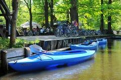 Ludzie odwiedza Spreeewald z swój krajobrazem bomblowanie rzeka Fotografia Stock