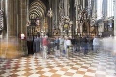 Ludzie odwiedza St Stephen katedrę w Wiedeń Zdjęcie Royalty Free