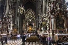 Ludzie odwiedza St Stephen katedrę w Wiedeń Obrazy Royalty Free