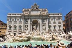 Ludzie odwiedza Trevi fontannę Fontana Di Trevi w mieście Rzym, Włochy Obrazy Royalty Free