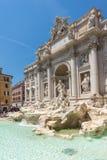 Ludzie odwiedza Trevi fontannę Fontana Di Trevi w mieście Rzym, Włochy Fotografia Stock