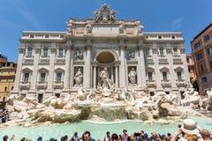 Ludzie odwiedza Trevi fontannę Fontana Di Trevi w mieście Rzym, Włochy Obraz Royalty Free