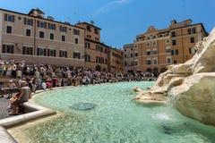 Ludzie odwiedza Trevi fontannę Fontana Di Trevi w mieście Rzym, Włochy Zdjęcie Stock
