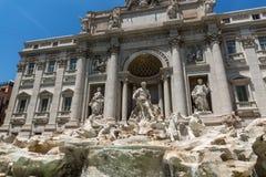 Ludzie odwiedza Trevi fontannę Fontana Di Trevi w mieście Rzym, Włochy Zdjęcia Stock