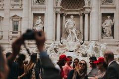 Ludzie odwiedza Trevi fontannę w Rzym, Włochy Obrazy Royalty Free