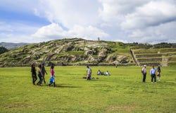 Ludzie odwiedzają antyczne sacsayhuaman ściany obraz royalty free