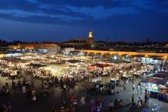 Ludzie odwiedzają Jemaa el Fna kwadrat zdjęcia stock