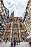 Ludzie odwiedzają katedrę Nasz dama w Strasburg Obraz Stock