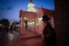 Ludzie odwiedzają miejsce dekoracje w Halloween żywym trupie i stylu Zdjęcie Royalty Free