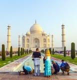 Ludzie odwiedzają sławnego Taj Mahal Obraz Stock