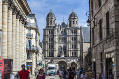 Ludzie odwiedzają saint-michel kościół w Dijon Obrazy Stock