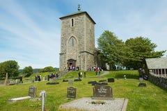 Ludzie odwiedzają St Olav ` s kościół przy Avaldsnes w Kamroy, Norwegia zdjęcia stock