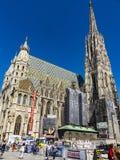 Ludzie odwiedzają St Stephen ` s katedrę przy Stephansplatz w Wiedeń Zdjęcia Royalty Free