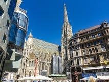 Ludzie odwiedzają St Stephen ` s katedrę przy Stephansplatz w Wiedeń Zdjęcia Stock