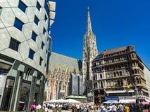 Ludzie odwiedzają St Stephen ` s katedrę przy Stephansplatz w Wiedeń Fotografia Royalty Free