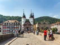 Ludzie odwiedzają starego most i grodzką bramę w Heidelberg Fotografia Stock