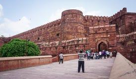 Ludzie odwiedzają Agra fort w Agra, India Obrazy Royalty Free