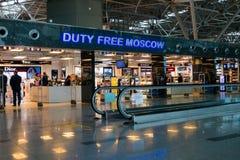 Ludzie odwiedzają bezcłowego sklep w Vnukovo lotnisku przy wieczór Zdjęcie Stock