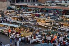 Ludzie odwiedzają Jemaa el Fna kwadrat Obraz Royalty Free