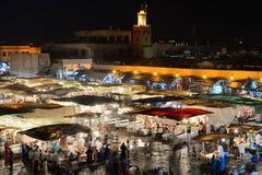 Ludzie odwiedzają Jemaa el Fna kwadrat Fotografia Stock