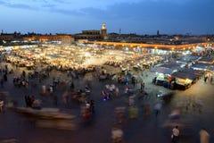 Ludzie odwiedzają Jemaa el Fna kwadrat Zdjęcie Royalty Free