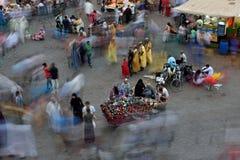 Ludzie odwiedzają Jemaa el Fna kwadrat przy zmierzchem Fotografia Stock