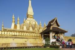Ludzie odwiedzają Pha Który Luang stupa w Vientiane, Laos Obrazy Royalty Free