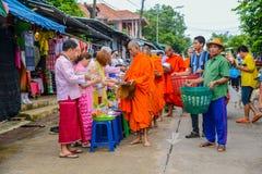 Ludzie oferuje jedzenie i rzeczy grupa mnisi buddyjscy Obrazy Stock