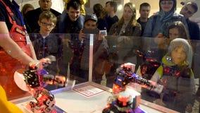 Ludzie Ogląda Dancingowych roboty przy expo, Rosja - 28 2017 Maj zbiory wideo