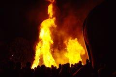 Ludzie Ogląda Dużego ogienia zdjęcie royalty free