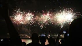 Ludzie ogląda fajerwerki przy plażą zbiory wideo
