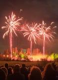 Ludzie ogląda fajerwerku pokazu przy ogniskiem 4th Listopadu świętowanie, Kenilworth kasztel, zlany królestwo Zdjęcie Royalty Free