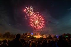 Ludzie ogląda fajerwerku pokazu przy ogniskiem 4th Listopadu świętowanie, Kenilworth kasztel, zlany królestwo Fotografia Royalty Free