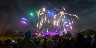 Ludzie ogląda fajerwerku pokazu przy ogniskiem 4th Listopadu świętowanie, Kenilworth kasztel, zlany królestwo Obraz Stock