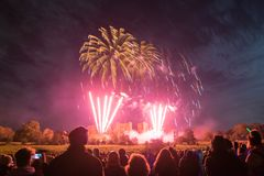 Ludzie ogląda fajerwerku pokazu przy ogniskiem 4th Listopadu świętowanie, Kenilworth kasztel, zlany królestwo Obraz Royalty Free
