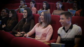Ludzie ogląda film w kinie zdjęcie wideo
