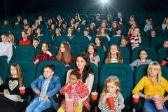 Ludzie ogląda film w kinowej sala obraz royalty free