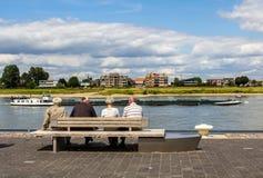 Ludzie ogląda rzeczną łódź Fotografia Stock