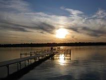 Ludzie ogląda słońce na molu iść puszek Zdjęcie Royalty Free