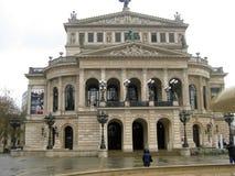 Ludzie ogląda turystyczną Frankfurt operę i famouse zdjęcia royalty free