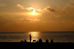 Ludzie ogląda wschód słońca nad Atlantyk Fotografia Royalty Free