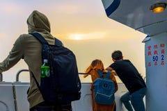 Ludzie ogląda zmierzch na oceanie od łodzi Fotografia Stock