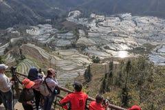 Ludzie ogląda zmierzch nad YuanYang ryż tarasują w Yunnan, Chiny YuanYang jest jeden opóźneni UNESCO światowego dziedzictwa miejs zdjęcia stock