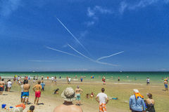 Ludzie oglądają airshow dżetowi samoloty Fotografia Royalty Free