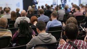 Ludzie oklaskuje przy konferencją w audytorium zbiory