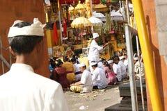 Ludzie ono modli się przy Tirta Empul Hinduską świątynią Bali na Indonezja Zdjęcia Royalty Free