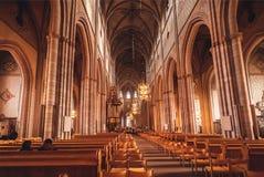 Ludzie ono modli się wśrodku xiii wiek katolika Uppsala katedry w gothic stylu zdjęcie royalty free